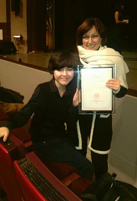 IMS-Leiterin Mila Kuznetskaya und ein IMS-Schüler mit dem Excellent Artistic Troupe Award